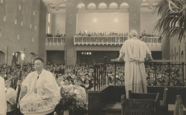 653335 - Parochie Gasthuisring. Opname tijdens de eerste preek in de nieuwe kerk door de parochiepastoor K.D.J. Janssens