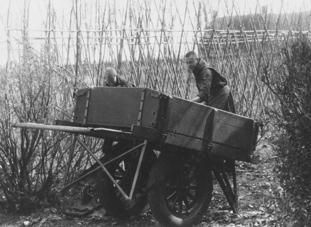 105291 - Monnikenleven Werkzaamheden op het land. Teelt van snijbonen op het land van de Sint Paulusabdij. Kloosters. Sint Paulusabdij.
