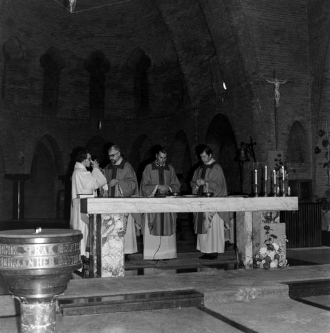 1237_006_247-2_008 - Religie. Kerk. Geloof. Katholiek. Heilige mis. Eucharistie.  Wijding tot diaken van Pater J. Wijnen in november 1972. In de Sint Theresiakerk.
