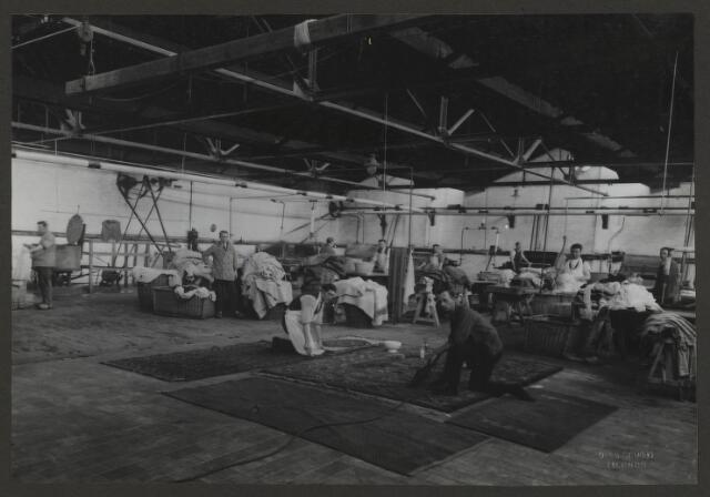 071853 - De wasserij en het personeel van stoomververij en chemische wasserij De Regenboog aan de Bredaseweg. De foto komt uit een album dat werd gemaakt en aangeboden naar aanleiding van het 40 jarig jubileum van textielfabriek De Regenboog op 2 december 1930.
