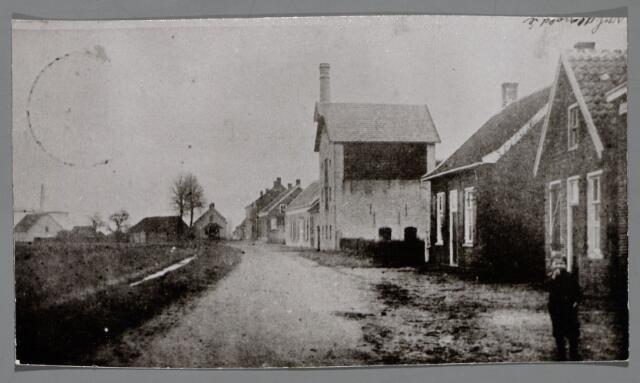 065461 - Inkijk in de Alphenseweg, thans St. Annaplein omstreeks 1904; het tweede huis rechts werd bewoond door de familie Van de Ven, daarnaast looierij van Van Sommeren