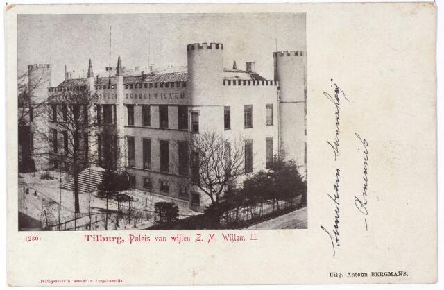 002394 - Op 13 augustus 1847 werd de eerste steen gelegd van het paleis voor koning Willem II.  Een plechtigheid die bij bijgewoond door de drie Tilburgse gilden, St. Dionysius, St. Joris en St. Sebastiaan en het muziekgezelschap van de Harmonie.  Het paleis werd gebouwd door aannemer/timmerman Goyaert, maar zou ontworpen zijn door Frederik Lodewijk Huijgens, sinds 1836 leraar tekenen aan de Koninklijke Academie in Breda. Willem II heeft nooit in het paleis gewoond. Hij overleed in een nabijgelegen pand op 17 maart 1849. Op de foto zien we de voorzijde van het paleis aan de westzijde. Aan de achterzijde lag een park met een oppervlakte van zes bunder, dat in 1866 verkocht werd aan architect H.J. van Tulder. Door Van Tulder werd een bouwplan voor het gebied gemaakt, waarvan de straten uitkwamen op het Willemsplein (aan de achterzijde van het paleis). De straatnamen in deze wijk (later de Koningswei)  werden gegeven door H.J. van Tulder 'als aandenken aan het groote voorrecht en eeuwigdurende herinnering aan den grooten koning, waarop wij altijd trotsch mogen zijn'. Het voormalige paleis werd op 15 september 1864 door de erfgenamen van Willem II aan de stad Tilburg geschonken. Volgens de voorwaarde van 1 oktober 1864 moest het gebouw worden ingericht als 'Rijks Hoogere Burgerschool' met een vijfjarige cursus. De school zou de naam Koning Willem II moeten dragen.  Tot 1935 zal het gebouw de Rijks H.B.S. herbergen, daarna werd deze school verplaatst naar een nieuw gebouw aan de Ringbaan-Oost. Op 1 augustus 1936 werd het voormalige paleis in gebruik genomen als paleis-raadhuis. De kantelen op torens en gevels zouden kort na 1900 verdwenen, maar werden weer aangebracht bij de verbouwing tot paleis-raadhuis in 1935/1936. Ook de bijgebouwen aan de oost en noordkant van het gebouw zijn toen gesloopt.