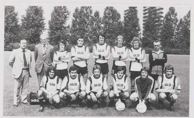 082109 - Voetbal. Het 1e elftal van Sportvereniging Gilze. Staand links Piet de Jong, later speler bij Willem II.