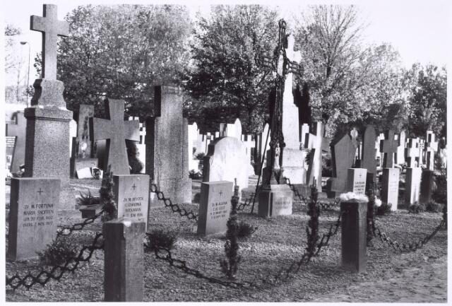 016024 - Graven van zusters Franciscanessen van de H. Familie op het kerkhof aan de Bredaseweg. De zusters woonden destijds aan de Bisschop Zwijsenstraat