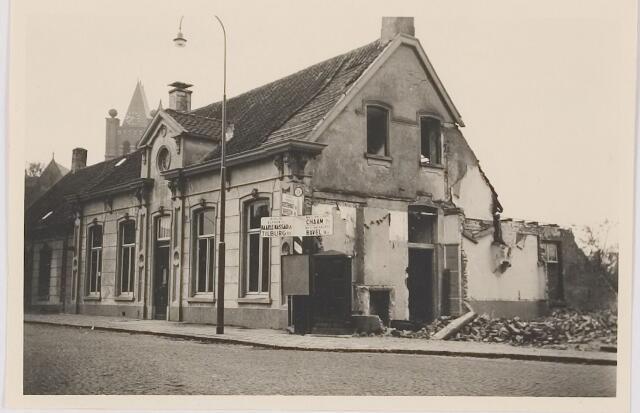 082590 - Gilze, Bisschop de Vetplein. Panden zijn gesloopt waarna het Wit Gele Kruisgebouw is gekomen