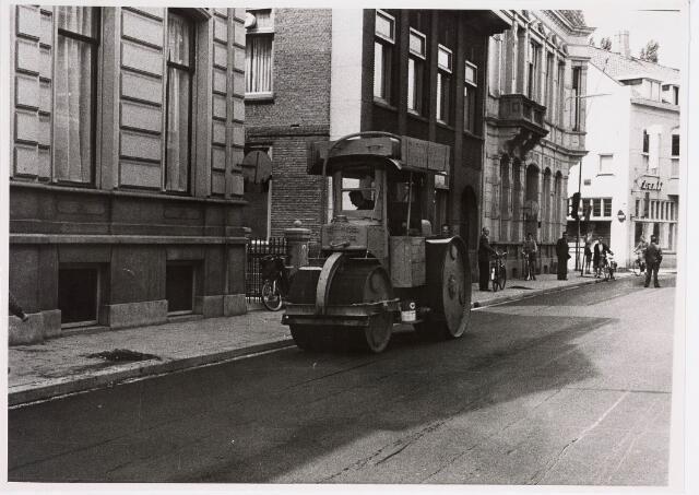 035284 - Wals tijdens de nieuwe asfaltering van de Willem II-straat; gereed op 28 juni 1957
