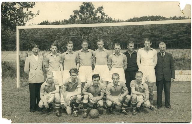 800127 - Sport. Voetbal. Voetbalvereniging R.K.S.V. Taxandria in Oisterwijk. Groepsfoto van een elftal voor het doel.