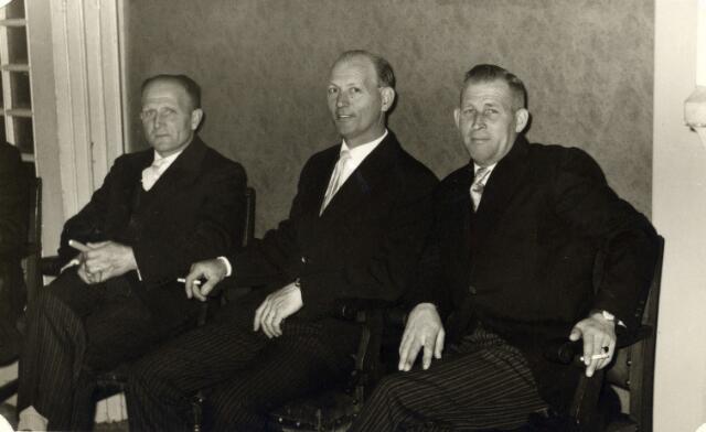 093006 - Viering van het 25-jarig bestaan van de R.K. Bond van Melkhandelaren St. Martinus. Van links naar rechts de bestuursleden Lavrijssen, Toon Baak en Frans Haans.