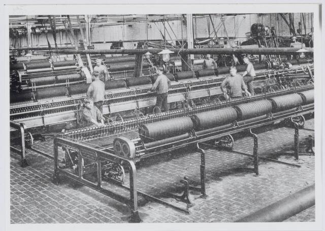037533 - Textiel. Interieur van spinnerij A. Arnold van den Bosch aan de Zuidoosterstraat omstreeks 1915. Kinderarbeid was in die tijd nog een veel voorkomend verschijnsel