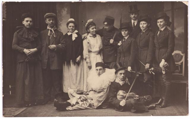 003806 - Bij gelelegenheid van de zilveren bruiloft in 1918 van Carolus Christianus (Charles) van den Brekel (1868-1938) en Anna Henrica van den Brekel-Van der Schoot (1867-1939).  Staande v.l.n.r.: Jef Ooms, ...van der Schoot, broer van Anna, Marie van der Schoot, Jeanne de Bont-Van den Brekel, Jan van den Brekel, Maria van den Brekel-Raaijmakers, Jac van den Brekel, Thea van den Brekel-Pierson, Fien Pierson-Van Waalen.