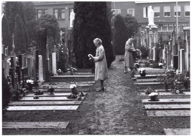 016037 - Bezoeksters op het kerkhof aan de Bredaseweg