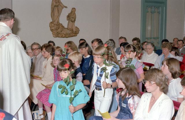 655241 - Eerste heilige communie op 31 mei 1981. In de voormalige Visitatie kapel aan de Bisschop Zwijsenstraat te Tilburg, naast de oude pastorie van 't Heike.