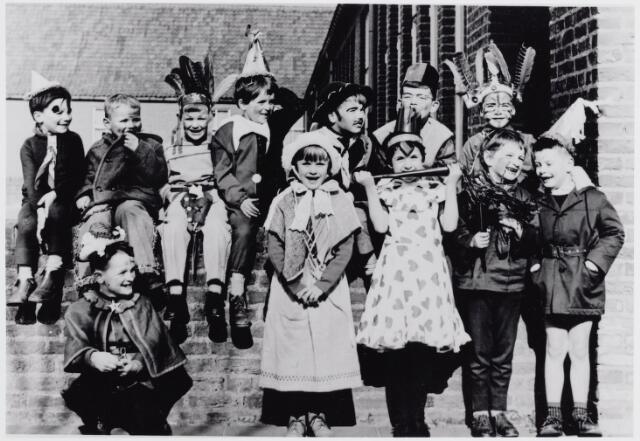045530 - Onderwijs. Kinderen van de voormalige St.-Annakleuterschool tijdens carnaval.