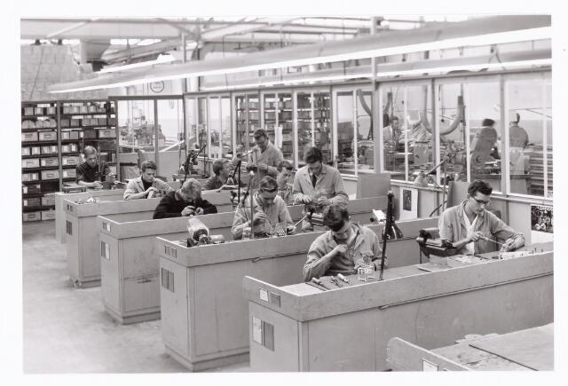 038904 - Volt. Noord. Vakliedenopleiding E.T.Lab. of  Elektrische Bedrijfs Mechanisatie, waarschijnlijk rond 1975. 2e van linksachter is Berry van Oort.