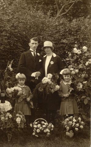 600984 - Trouwfoto van Maria Catharina Heessels, geboren te Helvoirt op 9 februari 1902. Zij was dienstbode in Tilburg van 1 april 1925 tot 7 oktober 1925.