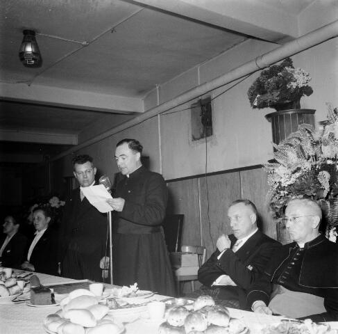 050440 - 50-jarig bestaan KAB en 25-jarig bestaan Kajotters. Taak: bundeling van activiteiten van de diverse R.K. Werkliedenverenigingen aanvankelijk in het federatief verband van de Bossche Diocesane Werkliedenbond, later als Tilburgse afdeling van de landelijke arbeiders- en vakbeweging op katholieke grondslag, tot de fusie daarvan met het N.V.V. in het F.N.V.