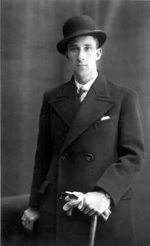 064443 - Harrie Donders, geboren te Tilburg op 10 juni 1909, zoon van L.H.M. Donders en W. Hendriks. Hij trouwde in Düsseldorf op 5 juni 1943 met Maria Keifer.