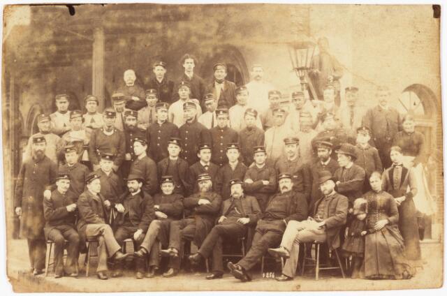 007896 - Groepsfoto met heren in uniformen enkele dames en een kindje (met o.a. Schijns)