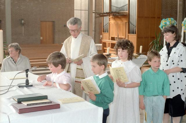655290 - Kerk. Religie. Katholiek. Communicanten. Eerste Heilige Communie viering in de Tilburgse Lourdeskerk op 27 april 1986.