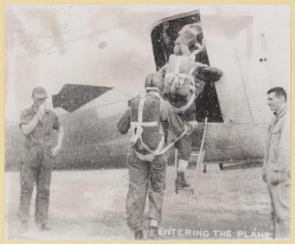 077503 - Tweede wereldoorlog 1940-1945. Soldaten gaan aan boord van een vliegtuig.
