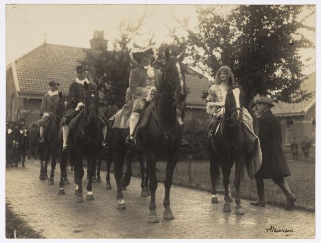 048891 - Optocht ter gelegenheid van de kroningsfeesten bij het 25-jarig jubileum van koningin Wilhelmina (1923-1924) ruiters verzamelen zich op de Kromhout kazerne te Tilburg.