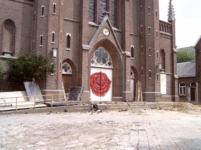 656919 - De Hasseltse kerk wordt grotendeels verwoest door een brand in 2003. Na restauratiewerkzaamheden doet de kerk vanaf 2005 dienst als wijkcentrum.