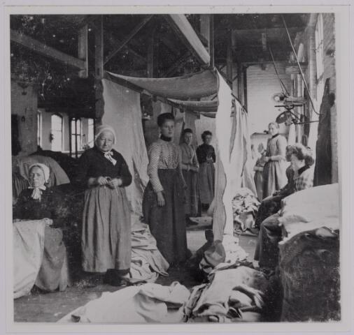 037582 - Textielindustrie. Nopsters en stopsters bij Gebroeders Diepen aan de Korvelseweg rond 1905. Eerstgenoemde verwijderde ongeregeldheden van de stukken en de tweede herstelde weeffouten. Vaak deed dezelfde vrouw beide werkzaamheden aan het stuk