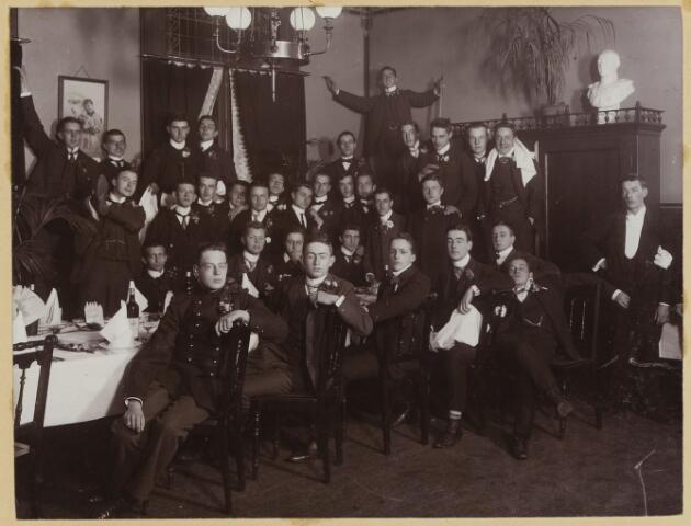 068542 - Diner van eerstejaars studenten  te Amsterdam op 7 november 1902. Een van hen is Jan van de Mortel