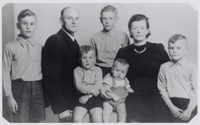 045934 - WO2 ; WOII ; Het gezin van A.J. van Broekhoven, opperwachtmeester te Goirle. De kinderen zittend op de voorgrond zijn Jos en Rinie van Broekhoven. Verder v.l.n.r. Rein van Broekhoven, Adrianus Johannes van Broekhoven geboren te Helvoirt op 26 juli 1905, Bert van Broekhoven, Petronella Helena Gijsberta van Rijsselberg, geboren te Oss op 24 juni 1905, en Jan van Broekhoven. Bert en Rein werden geboren in Bergen, de andere kinderen in Goirle. Het gezin kwam in juni 1936 vanuit Bergen naar Goirle, waar het eerst woonde aan de Molenstraat 80, later aan het Oranjeplein 59. Toen Van Broekhoven naar Goirle kwam was hij rijksveldwachter. Tijdens de Tweede Wereldoorlog kwam Van Broekhoven in het verzet terecht: hij werd een belangrijke schakel in de vluchtroute vanuit de Gelderse Achterhoek naar de Belgische grens. Hij bracht ontvluchtte Franse krijgsgevangen en geallieerde piloten over de grens, bood onderdak aan onderduikers, waarschuwde mensen die door de Duitsers gezocht werden en hielp bij het vervoer van clandestien geslachte varkens. Voor zijn verzetsactiviteiten ontving hij het Franse oorlogskruis met bronzen ster en het verzetsherdenkingskruis. Verder ontving hij Franse, Britse en Amerikaanse oorkonden vanwege zijn hulp aan piloten en krijgsgevangenen.