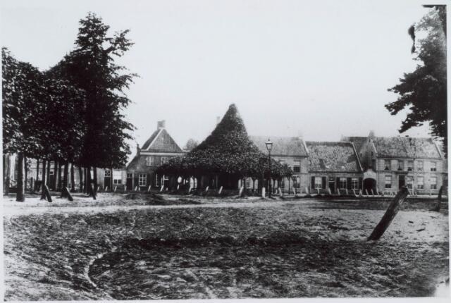 021127 - De oudste foto van de Heuvel, daterend van rond 1850. Het poortje tussen de twee panden rechts is de huidige Zwaanstraat. Achter de lindeboom staat nu winkelcentrum Heuvelpoort