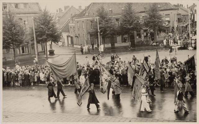 049048 - Festiviteiten te Tilburg b.g.v. het 50-jarig regeringsjubilé van Koningin Wilhelmina op 6 september 1948. Aankomst van koning Willem II bij de 'Vier Winden' aan de Bredaseweg ter hoogte van het oud Belgisch lijntje.  Verslag over deze festiviteiten met optocht staat in het Nieuwsblad van dinsdag 7 september 1948. stoet trekt over het Willemsplein.