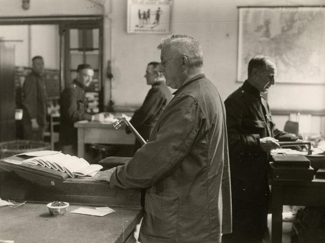 603430 - Postkamer, frankeren. Rond 1936.
