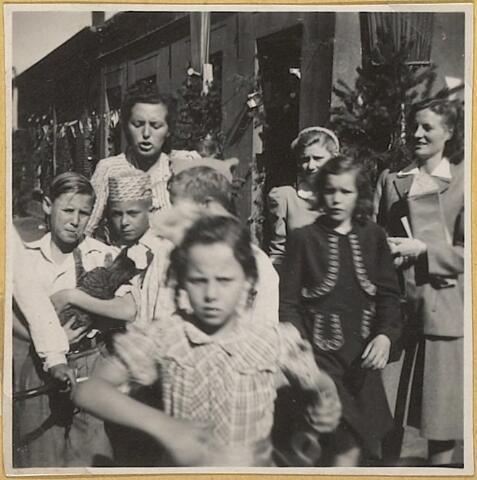 604058 - Koningswei, Tilburg. Kinderen met begeleiders uit de wijk tijdens de feestelijkheden.