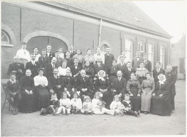 007039 - Gouden Bruiloft van Piet van den Hoek en Lien van den Hoek- Van den Nieuwenhuizen. Op de eerste rij van links naar rechts: Geert van de Berg, Miet van de Berg, Lien Schilders, Lien Severijns, Anna Schilders, Nelly Severijns en Kees Schilders. Op de tweede rij van links naar rechts: Gust van de Berg, Mevrouw Pulskens (moeder van Coba Pulskens), Lies van den Hoek- Van Oudheusden, Kees van den Hoek, Drika van den hoek- Snelders, Piet van den Hoek, Lien van den Hoek- Van den Nieuwenhuizen, Willem van de Berg, Jans van de Berg- Van den Hoek, Trees van den hoek- Van Iersel. Derde rij van links naar rechts: De heer Pulskens (vader van Coba), Geert van den hoek, Piet van den Hoek, Dien van den Hoek Pijnenburg, Gust Severijns, Jana Severijns van den hoek, Sjef van de Rijdt, Mina van de Rijdt- Vanden Hoek, Dorus Schilders, Marie Schilders- Van den hoek, Kees van de Rijdt, N.N. Pulskens. Laatste rij van links naar rechts: Door van den Hoek, Lien van den Hoek, Piet van de Rijdt, Leo van ierland, Harry van de Berg, Cato van den Hoek, Sjef van de Berg, Sjef Palét, Anna van den Hoek, Lien van den Hoek, Anna Teurlings, Jan van de Berg, Piet van de Berg, Gon van den hoek, Louis van de Berg, Harry van de Rijdt.