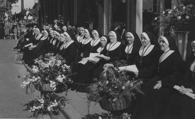 063797 - Zusters van het Kostbaar Bloed tijdens de huldiging ter gelegenheid van het 75-jarig bestaan van hun succursaalhuis in Goirle.