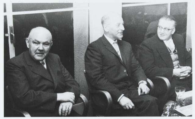 056138 - Van links naar rechts Neel de Volder (1897-1965), Govert van Enschot (1911-1969) en N.N.