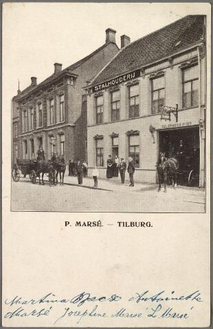 010193 - Stationsstraat M 1111, vanaf 1910 Stationsstraat 42. K.C. Festge, de oudste bekende fotograaf in Tilburg had zijn atelier in de tuin van dit huis, toen bewoond door de kinderen Van Damme. In 1867 is het 'photografisch laboratorium' van Festge in de tuin van Van Damme afgebrand. Volgens het adresboek van 1879 is Charles Jean van Damme, geboren te Tilburg op 23 maart 1823, dan fotograaf op dit adres. In 1881 verliet Van Damme het pand en werd Pieter Marsé de nieuwe bewoner. Marsé werd geboren te Nieuwkuijk op 7 maart 1828 en was eerder beheerder van het stationsrestaurant. Daarna was hij hotelhouder in de 'Lion d'or' aan de Markt en tevens verhuurder van paarden en rijtuigen. Vanaf 1881 is hij dus eigenaar van een stalhouderij aan de Stationsstraat. Van de weduwe  L. Marsé nam hij de 'lijkbezorging' over. Zij verhuurde een lijkwagen en had ook aansprekers en lijkbezorgers in dienst. In 1897 wordt P. Marsé genoemd als een van de drie Tilburgse begrafenisondernemingen. De andere twee waren de weduwe C. van Heugten & Co., en C. Denissen. In 1902 verzocht Marsé, samen met de andere Tilburgse stalhouderijen, aan de fabrikanten om hun rijtuigen niet langer beschikbaar te stellen voor trouw-, doop- en communiefeesten.   Pieter Marsé overleed te Tilburg op 8 april 1905. Het bedrijf werd voortgezet door zijn weduwe, Hendrika Cornelia van de Kerkhof. Haar opvolger was zoon Jozef Adrianus Maria Marsé, geboren te Tilburg op 17 augustus 1873 en aldaar op 14 oktober 1914 getrouwd met Gerardina Antonetta van Berkel, geboren te Tilburg op 10 augustus 1881. Na de Tweede Wereldoorlog begon de familie Marsé in dit pand een autoverhuurbedrijf. Jozef A.M. Marsé was eerder, rond 1900, chef bij de Stoomtram mij. Tilburg-Waalwijk. Links het pand van de Nederlandsche Bank.