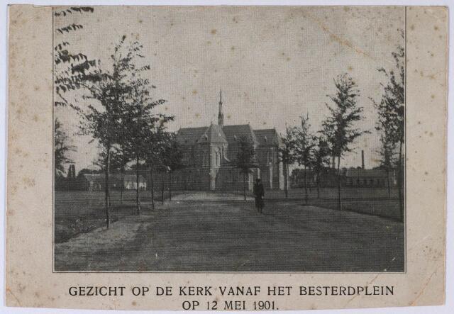 023791 - Noordzijde van de parochiekerk van de Besterd, gewijd aan St. Leonardus en Gezellen (zijnde de Martelaren van Gorkum), in het begin van de 20e eeuw