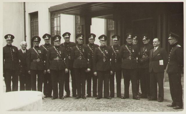 065151 - Politie. Onderscheidingen. Een aantal onderscheiden leden van de Tilburgse gemeentepolitie voor het Paleis Raadhuis.
