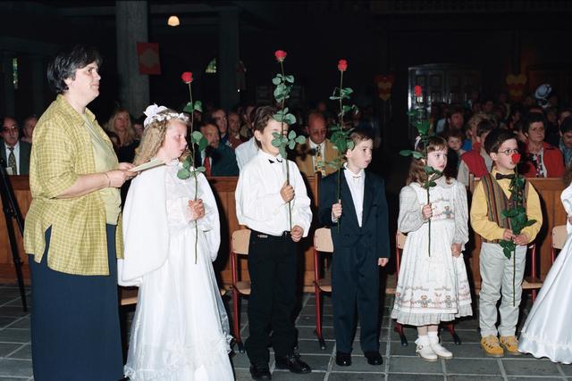 1237_002_284_010 - Religie. Rooms Katholieke Kerk. Pius X parochie . Communicanten met een roos in hun handen.