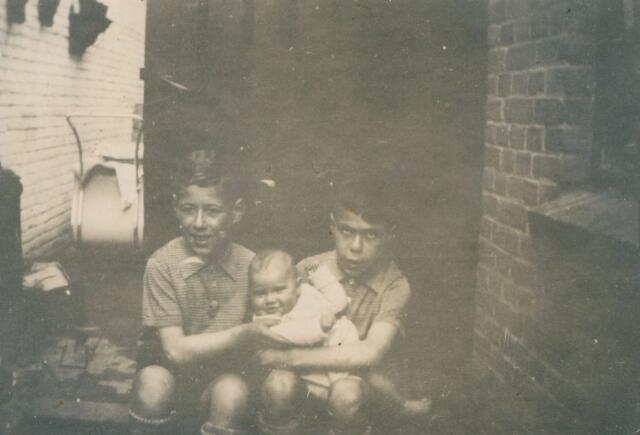 650906 - Familie Gersons. De twee zoontjes Gersons. Links Frits en rechts Hans, de oudste. De baby is Els Rutten. In de herfst van 1943 werden Hans en Frits opgepakt door de Duitsers, samen met hun ouders. Een straatvriendje van de jongens, de enige ooggetuige, heeft gezien dat zij op een middag in een open vrachtwagen stapten met hun ouders terwijl een van de jongens de bal teruggooide waar ze mee aan het spelen waren. Het is waarschijnlijk de dag, dat het gezin Gersons vrijwillig met de trein vanuit Tilburg naar Amsterdam is vertrokken om onder te duiken. Of Frits ook daadwerkelijk mee genomen werd, is niet zeker; hij overleefde als enige van het gezin de Tweede Wereldoorlog. Hans Gersons is met zijn vader en moeder op 29 september 1943 aangekomen in Kamp Westerbork. Dat kamp, gebouwd door de Nederlandse regering als vluchtelingenkamp in 1939, werd door de Duitsers overgenomen in 1942. Het was gesitueerd op de Drentse heide bij Hooghalen.  Vanuit dit voorportaal van de vernietigingskampen in Duitsland, Polen en Tsjechië werden 107.000 Nederlandse Joden, 245 Sinti en Roma en tientallen verzetsstrijders gedeporteerd naar de concentratiekampen - zo ook vader, moeder en Hans Gersons.