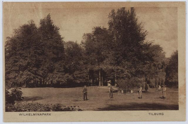 002976 - Wilhelminapark met de Wilhelminaboom. Voor de boom enkele gemeente-arbeiders.