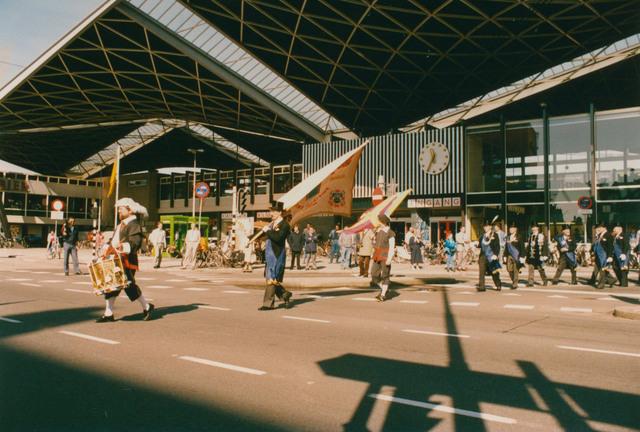 651311 - Tilburg, 125 jaar stad aan het spoor. Manifestatie. Nogmaals een foto van het vertrek vanaf het station Tilburg met op de voorgrond een van de tamboers en daar achter de vendelier van het Dionysiusgilde.