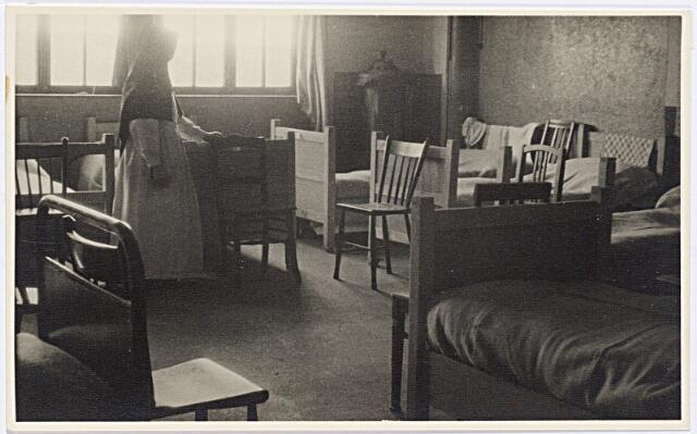 012288 - Tweede Wereldoorlog. Evacuatie. Slaapzaaltje voor kinderen in het noodziekenhuis in de Leo XIII-school. De opgenomen kinderen waren afkomstig uit de streek rond Arnhem en Nijmegen