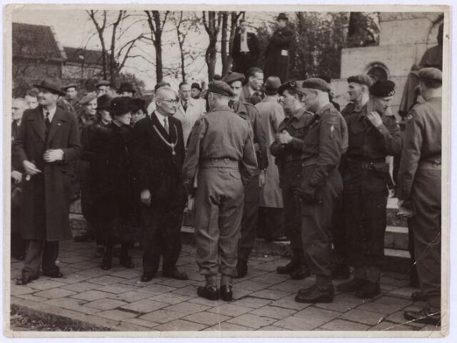 012544 - Tweede Wereldoorlog. Bevrijding.  Burgemeester Van de Mortel onderhoudt zich met enkele Britse officieren tijdens een parade van Schotse pijpers op 20 oktober 1944
