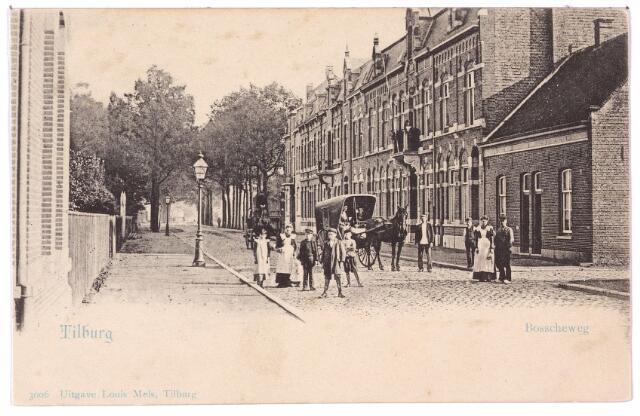 002668 - Bosscheweg, nu Tivolistraat, in noord-oostelijke richting.  Rechts de panden Bosscheweg (v.l.n.r.) 164 t/m 184. Vanaf 1932 Bosscheweg 448 t/m 468 en nu Tivolistraat 16 t/m 36. Geheel rechts de ingang van de toenmalige Lanciersstraat, nu Dunantstraat. Sommige panden zijn in hun oude staat bewaard gebleven bijvoorbeeld het pand Tivolistraat 24 (het eerste huis vanaf links met een balkon waar van 1907 tot 1915 burgemeester Raupp woonde) en de aangrenzende panden Tivolistraat 26 en 28. Daarna het volgende huis met balkon, bekend als Bosscheweg 178, vanaf 1932 nr. 464 en nu Tivolistraat 30. De eerste bewoner van dit pand was sigarenfabrikant Louis Andregg geboren te Rosmalen op 10 januari 1869. De volgende bewoner (1922-1925) was Carl P.A. Schwerzel, geboren te Rotterdam op 13 november 1877 en in Tilburg directeur van de 'Geldersche Crediet Vereeniging'. Na hem volgde de Tilburgse industrieel Josephus A.C.M. Wouters. Dit pand is later gesloopt om plaats te maken voor een nieuwe Rabobank, later zat er 'de Tilburgsche Spaarbank'. Rechts van dit pand de woning van boekdrukker Arnoldus H.M. Bijvoet, geboren te Tilburg op 2 november 1881. Hij verhuisde in 1913 naar Oisterwijk. De volgende bewoner was Alexander Mathias Gimbrere en zijn vrouw Adriana Elisabeth Govers. Zij verhuisden in 1931 naar het St. Jozefgesticht aan de Lange Nieuwstraat. Het pand aan de Bosscheweg was daarna in gebruik als kantoor en vanaf de jaren veertig van de 20e eeuw als apotheek van E.C.J.M. Bakx. Ook dit pand is later geheel verbouwd. Rond 1980 zat er apotheek Boerhaave. De twee arbeiderswoningen die dan volgen, rond 1900 de huisnummers O 397 en O 398 kregen in 1910 de nummers Bosscheweg 182 en 184. Rond 1900 woonden hier metaaldraaier  Adrianus Johannes van Gool en smid Petrus Wilhelmus Metz. Beiden waren werkzaam bij de Staats Spoorwegen. Op straat een huifkar.