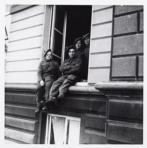 012153 - WO2 ; WOII ; Tweede Wereldoorlog. Bevrijding. Schotse soldaten relaxend bij een raam van het stadhuis aan de Markt