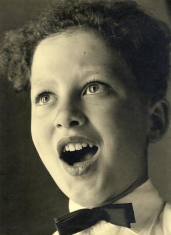 602392 - Portret van zangertje. Zingend kind.