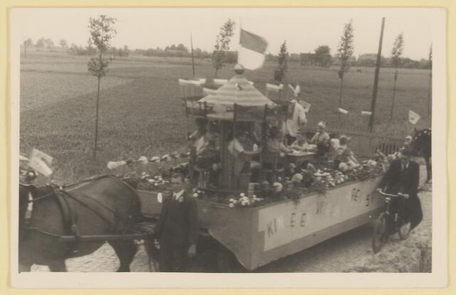 """080833 - WOII; WO2; Bevrijding Udenhout 1945. De optocht. Kinderen vieren vredesfeest (Huize Assisië). """"Kinderen vieren vredesfeest""""."""