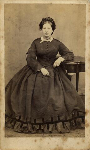 092191 - Josephine Jeanette Meijer, geboren te Rotterdam op 27 september 1833 als dochter van Franciscus Wilhelmus Meijer en Lucia Hermans.Zij huwde op 12 april 1860 te Rotterdam met Jan Baptist Brouwers (1835-1892). Jan B. Brouwers was firmant van de wollenstoffenfabrieken Brouwers (later NV Brouwers Lakenfabrieken). Josephine Meijer overleed op 26 december 1877 te Tilburg.